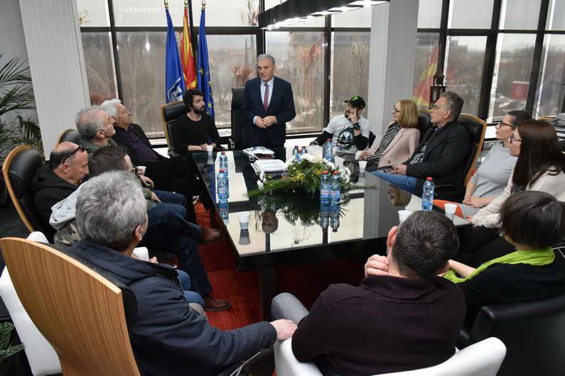 """Во чест на седумдеценискиот јубилеј, градоначалникот Јованоски на средба со актерите од театарот """"Војдан Чернодрински"""""""