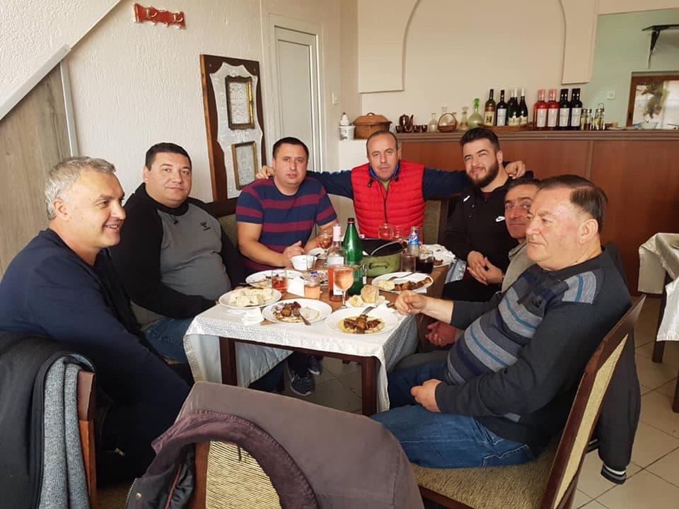 (ФОТО ДОКАЗ) Блискоста на полицаецот што шмркаше кокаин со челниците на ВМРО-МВРО во Прилеп?!