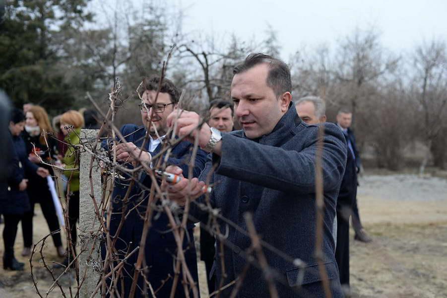 Спасовски во посета на Тиквешијата: Решен проблемот со долгот на лозарите, обезбедени нови повисоки субвенции