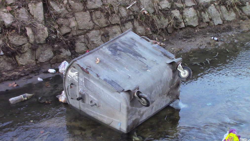 Нов вандалски чин во Прилеп – во градската река фрлени контејнери и скеле за сушење тутун