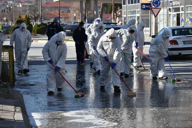 Јавните комунални претпријатија од Прилеп интензивно ги чистат и дезинфицираат улиците и јавните површини