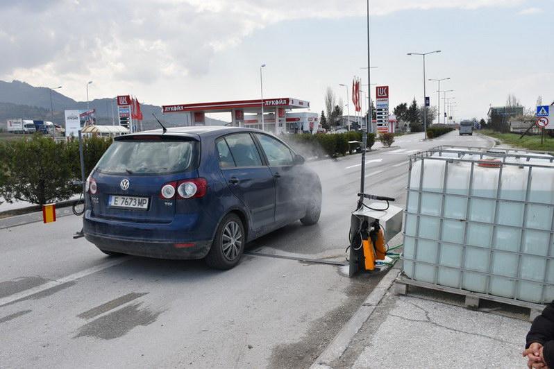 Поставени автоматски апарати за дезинфекција на возилата кои влегуваат во Прилеп