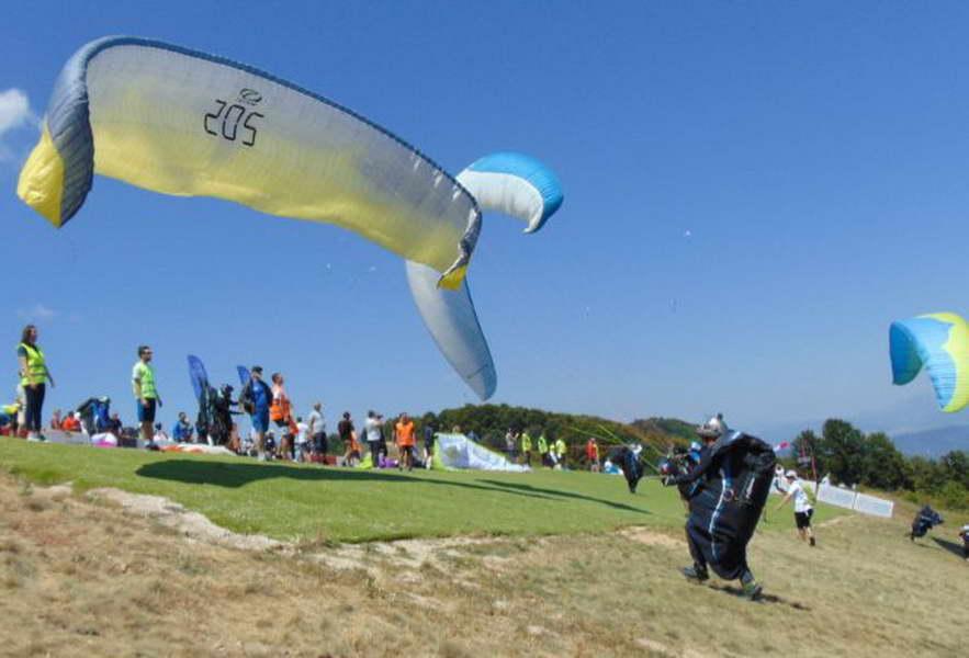 Крушево: Во тек е постапката за набавка на вештачка трева за полетувалиштето на Мечкин Камен