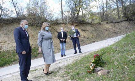 Славјанка Петровска и Сашо Тасевски положија цвеќе во чест на загинатите бранители кај с.Вејце