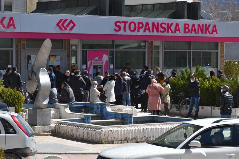 Реакција на градоначалниот Јованоски: Гужвањето пред банките во услови на пандемија, е неодговорно и недозволиво