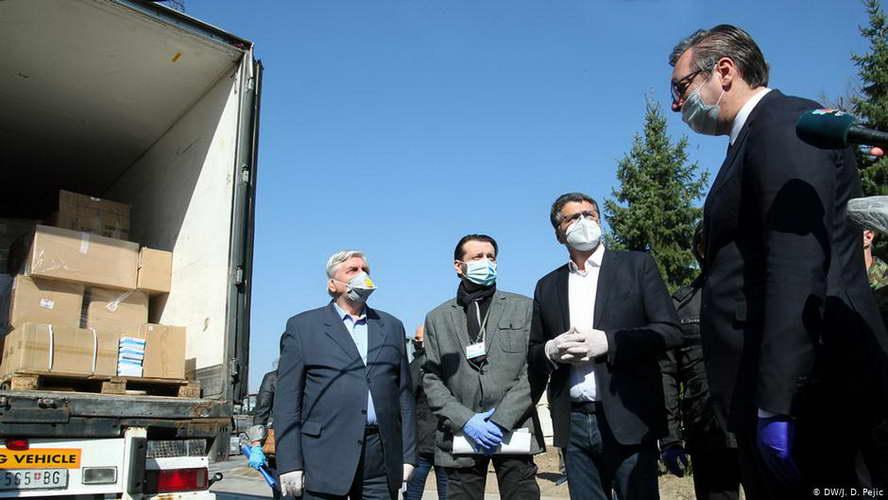Кој се грижи за чие здравје, или зошто српскиот претседател Вучиќ не е во изолација?