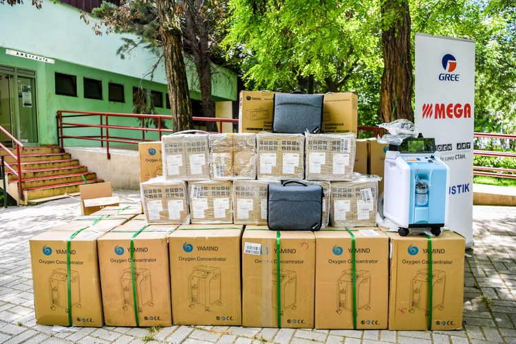 Владини претставници на доделување донација од 85 респираторни машини и 25 кислородни концентратори