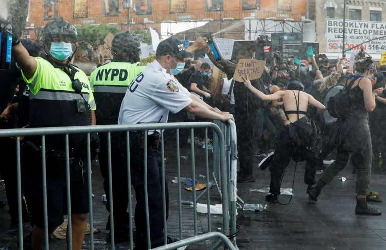 Во САД продолжија судирите меѓу демонстрантите и полицијата, воведен полициски час во повеќе градови