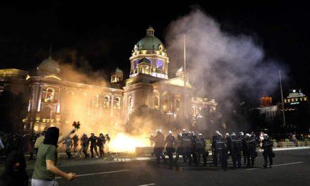 (ВИДЕО) Закажан нов протест за попладне, полицијата доцна синоќа ги растера демонстрантите од центарот на Белград