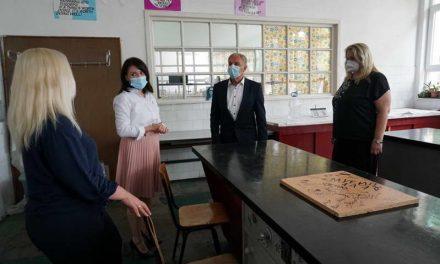 Заменик министерката Наумовска и градоначалникот Јованоски на средба со директорите на прилепските основни и средни училишта