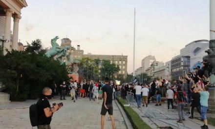 Најмалку 36 лица повредени на вчерашните протести во Србија, обвинувања за бруталност од двете страни