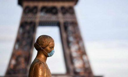 Фотографија на денот: Цел Париз под маска
