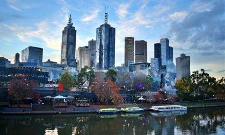 Граѓаните на Мелбурн напаѓаат полицајци гневни поради вонредните мерки
