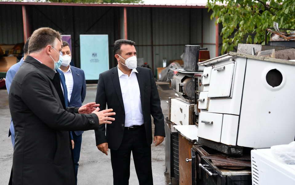 Премиерот Заев во обиколка на локациите за одложување на нееколошки грејни тела: Продолжуваме со мерки за справување со загадениот воздух, ги повикуваме граѓаните да се вклучат во проектот за обезбедување еколошко затоплување
