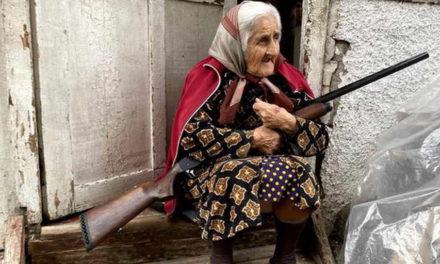 Фотографија на денот: Со пушка и шамија на прaгот од куќата во Нагорно Карабах