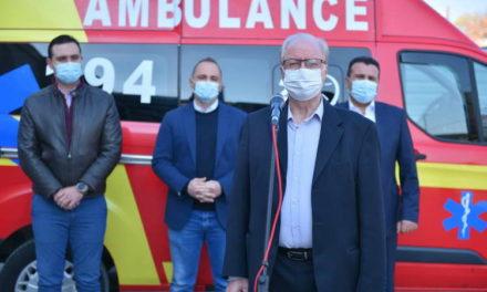 Новото крило на струмичката болницата се става во функција на борбата против КОВИД-19, Заеви донираа амбулантно возило