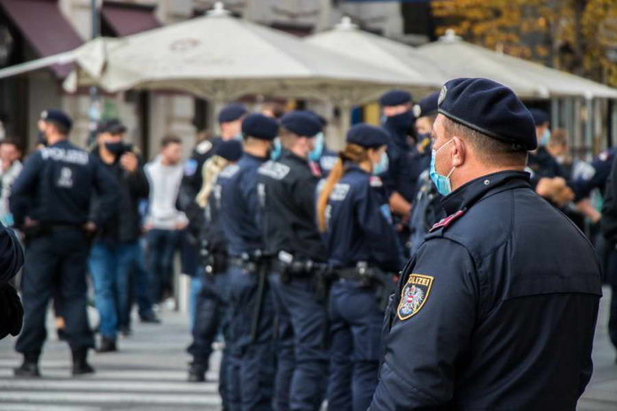 Терористички напад во Виена – 4 загинати, 17 повредени, полицијата трага по еден од напаѓачите