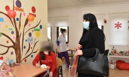 """Новогодишни честитки од учениците на ООУ """"Рампо Левката"""" за лицата од Дневниот центар за лица со церебрална парализа"""