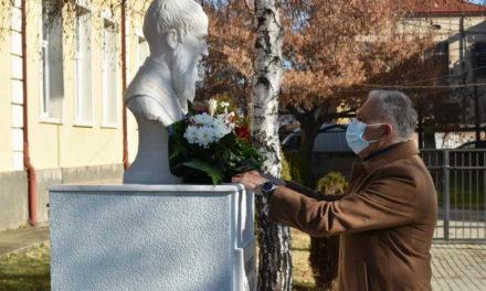Со положување свежо цвеќе пред новопоставената биста на Св.Климент Охридски, одбележан патрониот празник на истоименото училиште