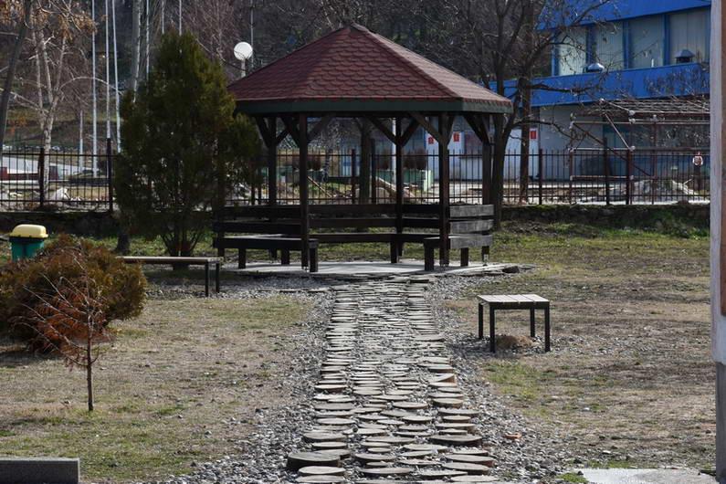 """Новото детско игралиште со летна училница и забавно-рекреативниот парк, дел од реализираните проекти во ООУ """"Рампо Левката"""""""
