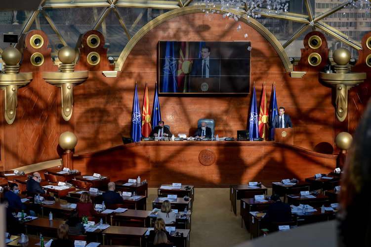 На барање на премиерот Заев, Собранието ѝ изгласа доверба на Владата