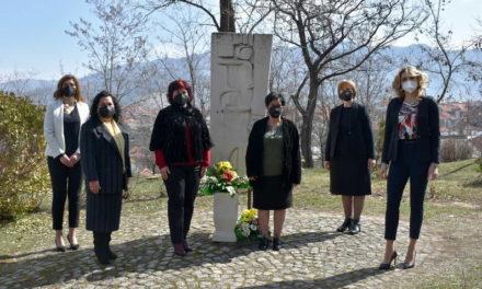 """Со полагање свежо цвеќе пред споменикот """"Жена борец"""", во Прилеп одбележан Меѓународниот ден на жената-8 Март"""