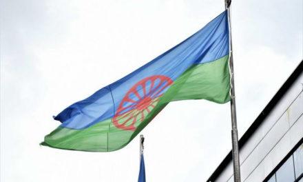 Со кревање на ромското знаме, Општина Прилеп го одбележа Меѓународниот ден на Ромите, 8 Април