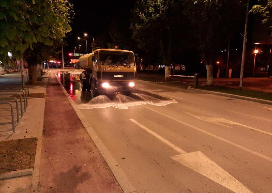 Ноќно миење и дезинфекција на улиците во Прилеп