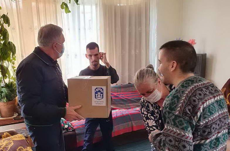 Поделени пакети со прехранбени и кондиторски производи за згрижувачки семејства и корисници на гарантирана минимална помош