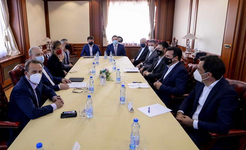 Заев и Хоџа на средба со Бизнис клубот на Евро-Атлантскиот Совет: Заедничка цел е што повеќе домашни компании да учествуваат во тендерски постапки на НАТО
