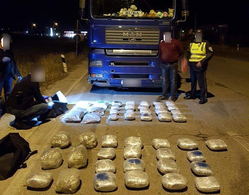 МВР: Запленета дрога вредна околу 200.000 евра, прекинат меѓународен канал за транспорт на дрога (ВИДЕО)
