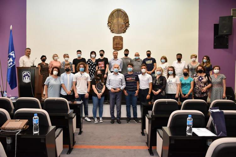 Дипломи и вредносни ваучери за првенците на генерација од основните и средните училишта во општина Прилеп