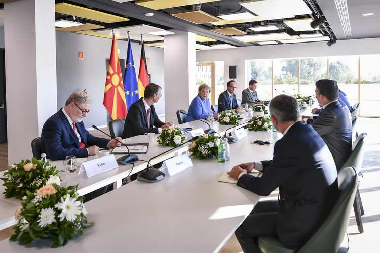 Средба Заев – Меркел во Тирана: Македонија треба да ги започне преговорите, проширувањето на ЕУ со Западен Балкан не смее да се одлага