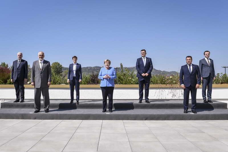 Премиерот Заев предводи владина делегација на работна средба со германската канцеларка Ангела Меркел во Тирана